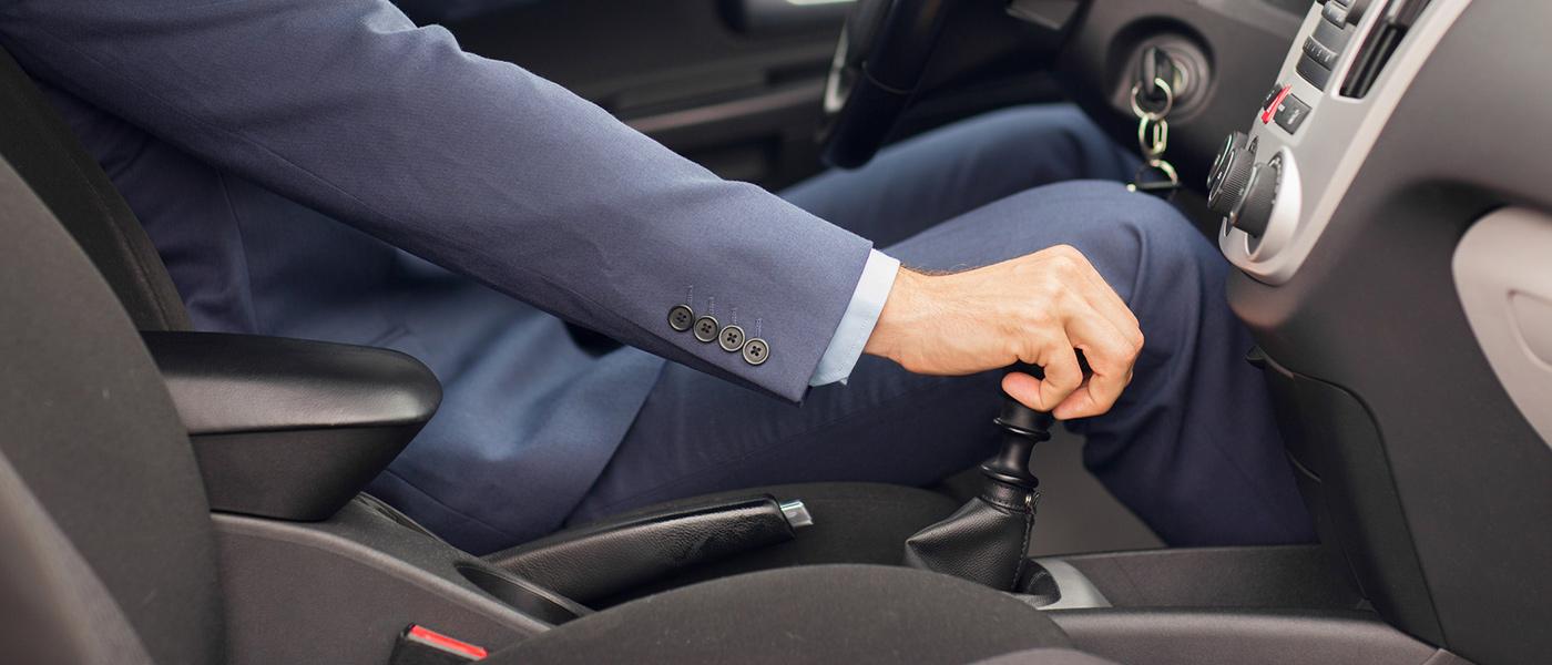 Mann-Geschäftsmann-Auto-Lenkrad-MPU-Bergmann